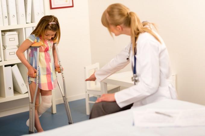 13488183-meisje-met-verbonden-been-lopen-met-krukken-chirurgie-kantoor