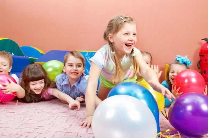 6899098-een-groep-van-gelukkige-kinderen-spelen-met-kleurrijke-ballonnen